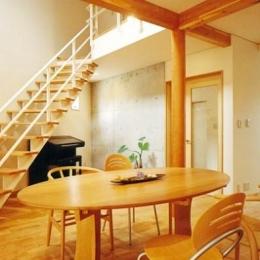 三角敷地の家 キッチンスタジオ (オープン型階段)