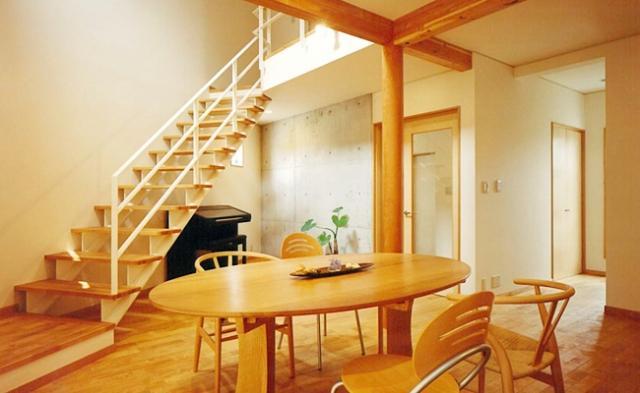 三角敷地の家 キッチンスタジオの部屋 オープン型階段