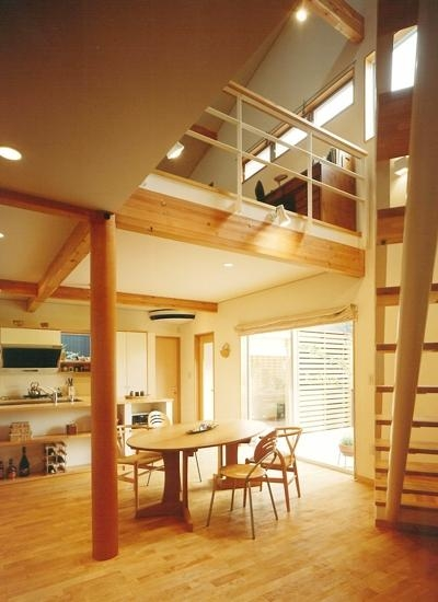 三角敷地の家 キッチンスタジオ (ダイニングとつながるファミリールーム)