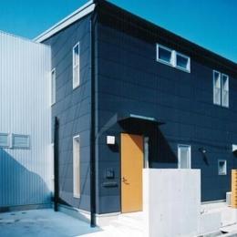 リビングに吹き抜け土間のある家-密集した住宅地に建つコンパクトな住宅