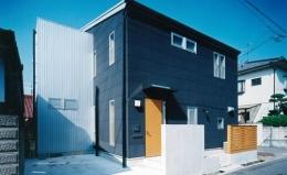 リビングに吹き抜け土間のある家 (密集した住宅地に建つコンパクトな住宅)
