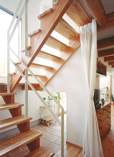 リビングに吹き抜け土間のある家の部屋 オープン型階段