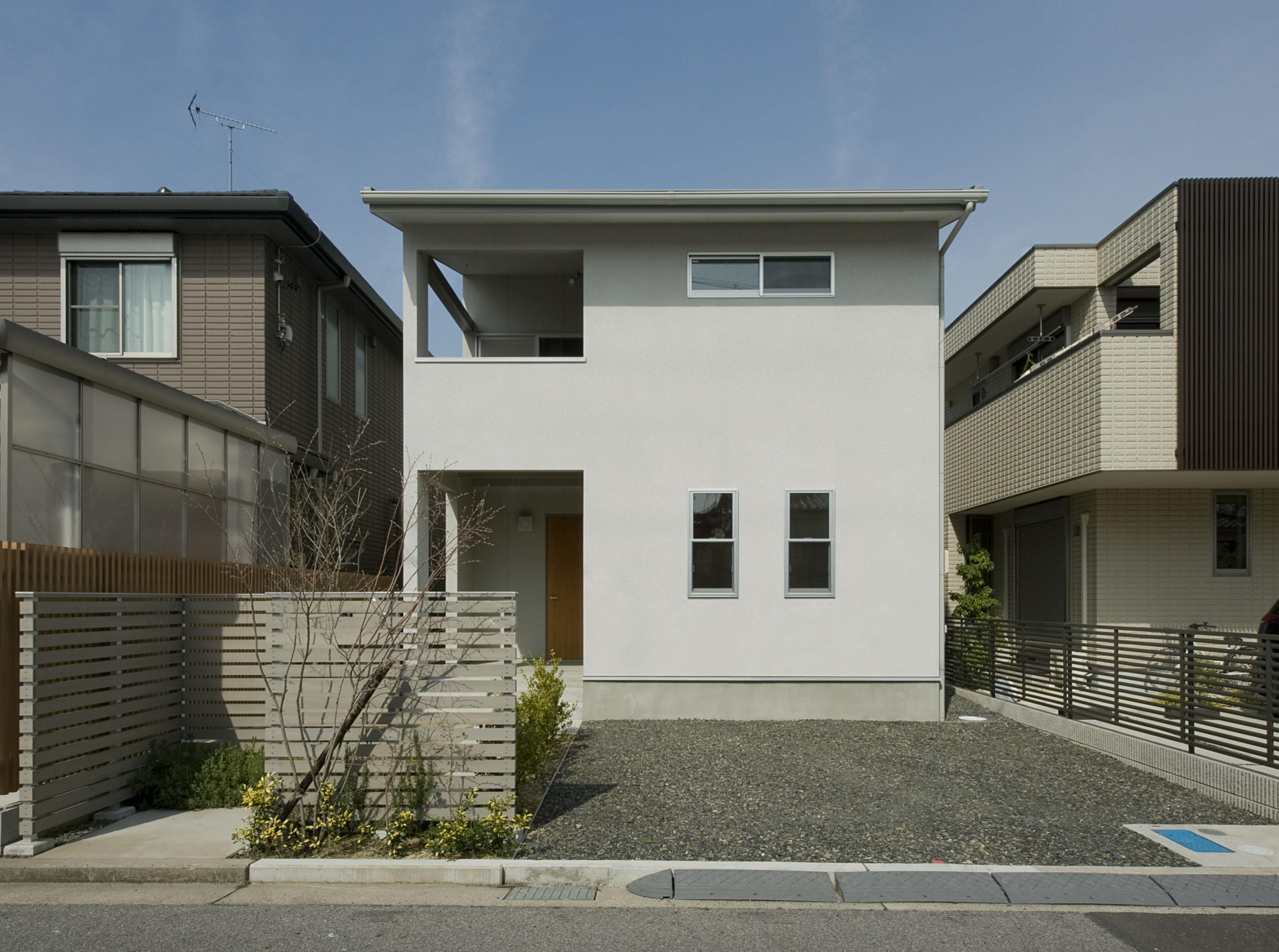 2階が生活拠点のシンプルな家の写真 外観