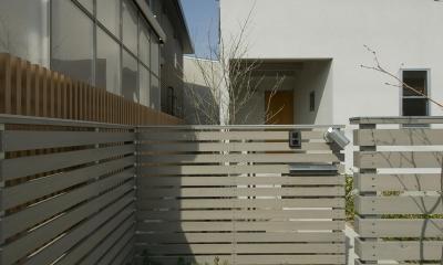 アプローチ|2階が生活拠点のシンプルな家