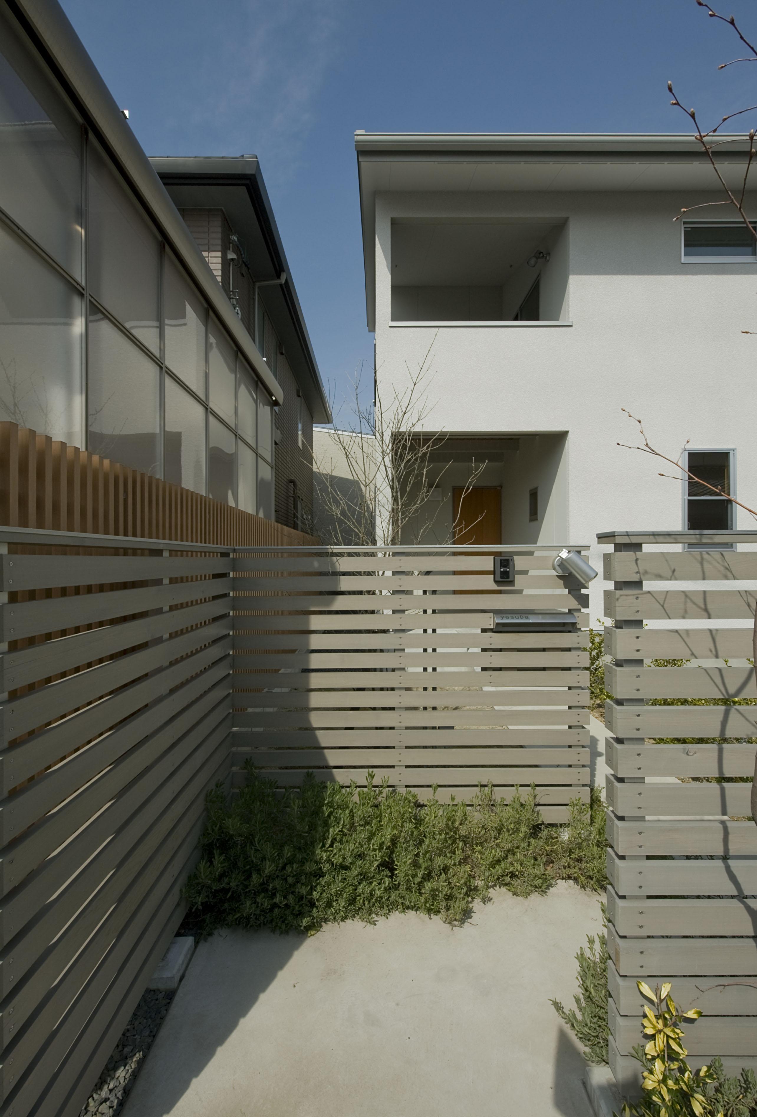 2階が生活拠点のシンプルな家の写真 アプローチ