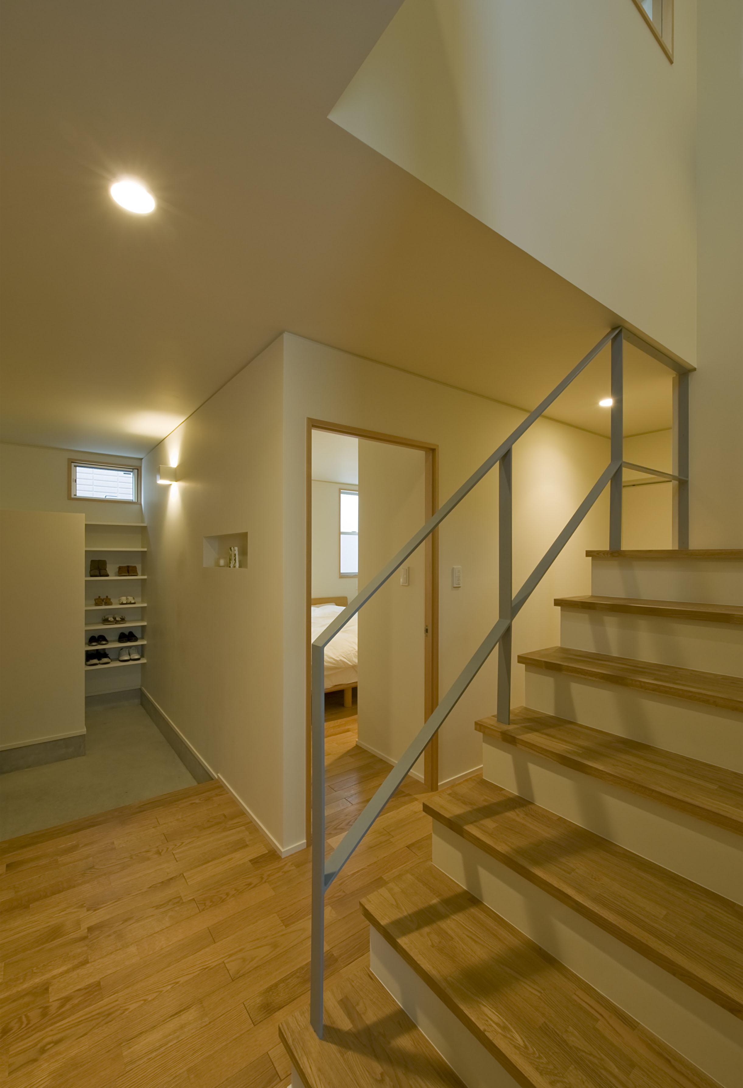2階が生活拠点のシンプルな家の写真 1階階段まわり