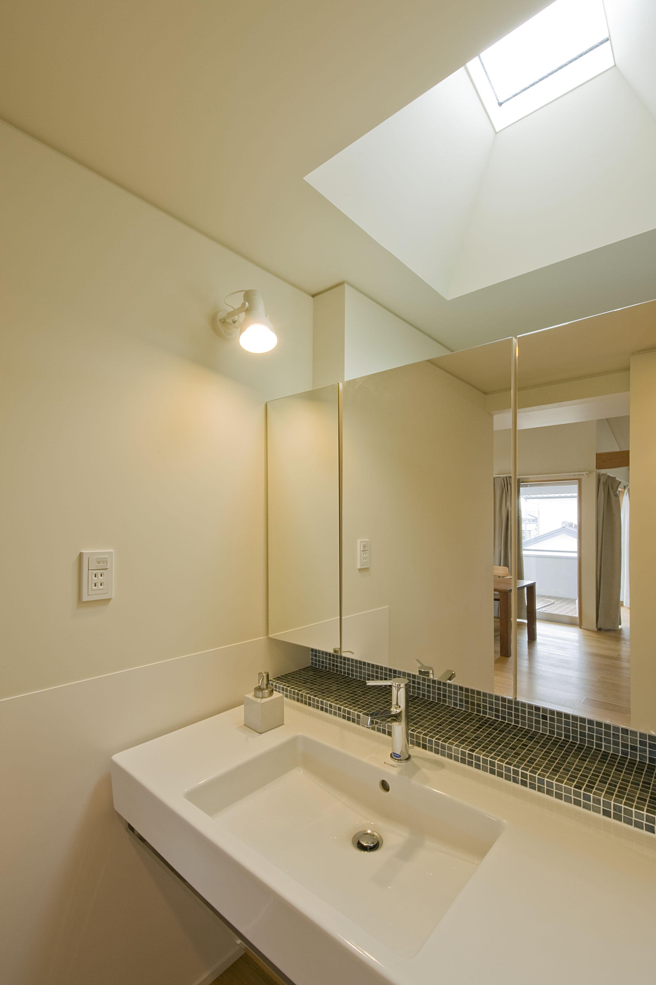 2階が生活拠点のシンプルな家の写真 洗面コーナー