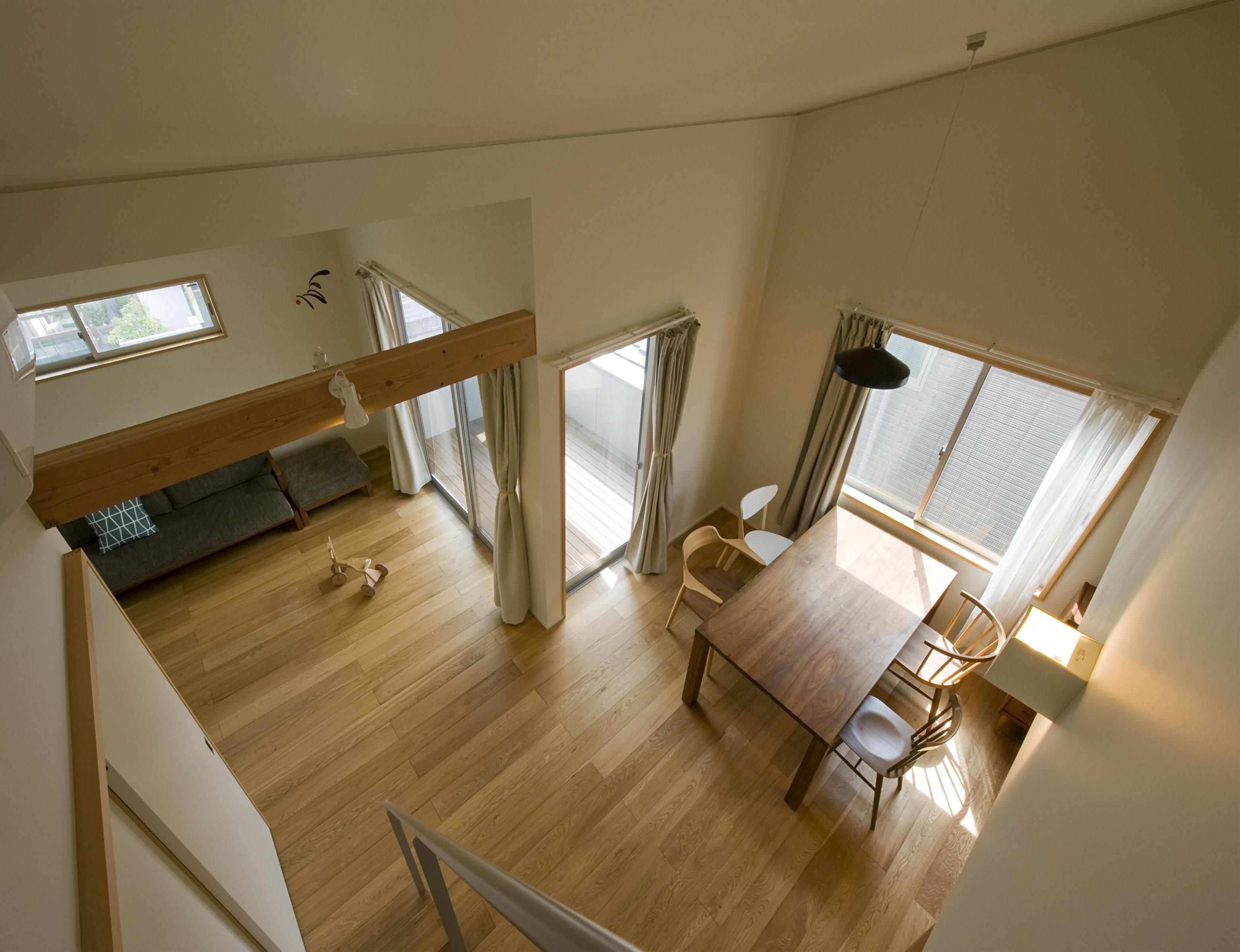 2階が生活拠点のシンプルな家の写真 ロフトから見下ろす