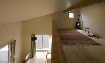 2階が生活拠点のシンプルな家 (夫の居場所(ロフト))