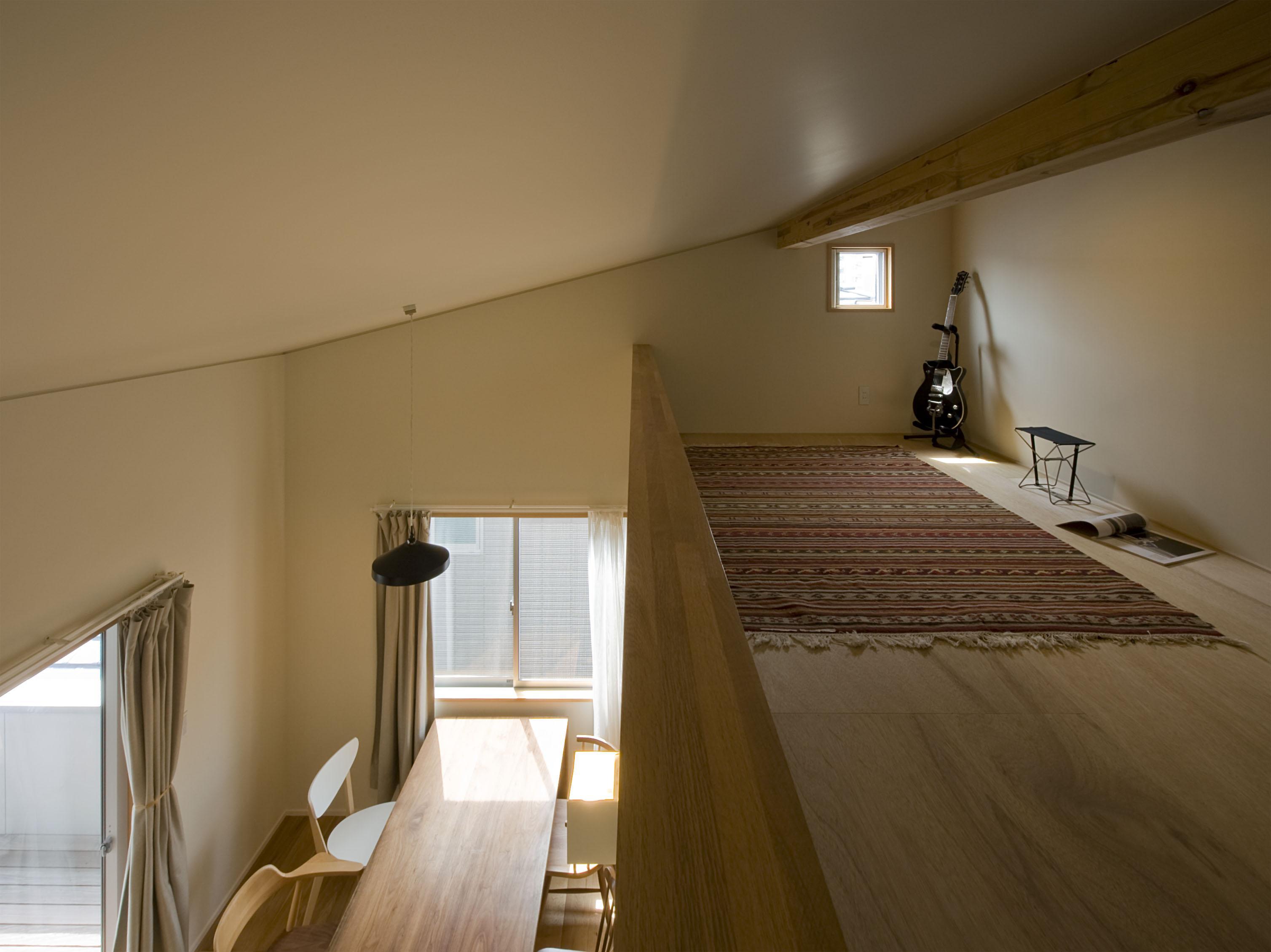 2階が生活拠点のシンプルな家の写真 夫の居場所(ロフト)