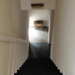 眺望を最大限に楽しむ家-シンプルな階段