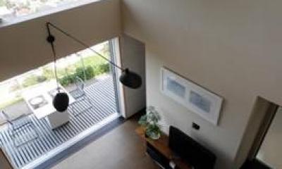 眺望を最大限に楽しむ家 (ベランダと繋がるリビング)