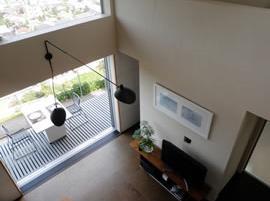 眺望を最大限に楽しむ家の写真 ベランダと繋がるリビング