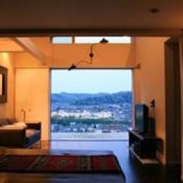 眺望を最大限に楽しむ家-解放感溢れるリビング