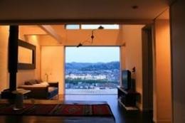 眺望を最大限に楽しむ家 (解放感溢れるリビング)