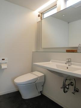 眺望を最大限に楽しむ家の写真 シンプルなトイレ