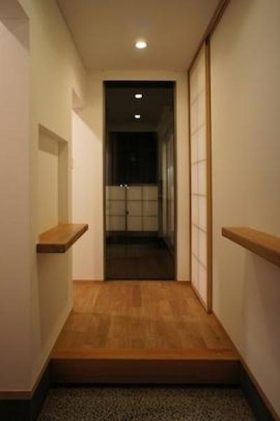 コンパクトかつ有機的な家 (シンプルな玄関)