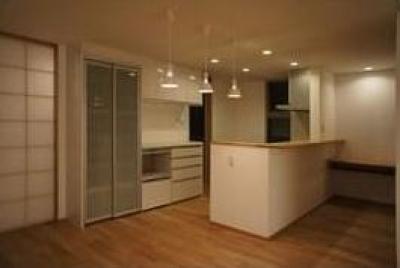 白いキッチン (コンパクトかつ有機的な家)