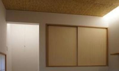 コンパクトかつ有機的な家 (地窓のある和室)