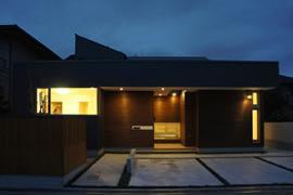 ピアノ教室と3世代で住む家の部屋 外観ライトアップ