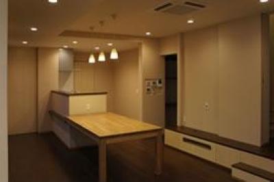 ダイニングテーブル付きのキッチン (ピアノ教室と3世代で住む家)
