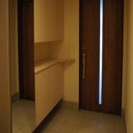 コンパクトな二世帯住宅 (鏡のある玄関)