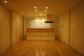 コンパクトな二世帯住宅の部屋 木を感じるダイニングキッチン
