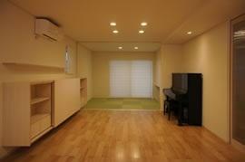 和室とつながるリビング (コンパクトな二世帯住宅)