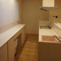作業台のあるキッチン (コンパクトな二世帯住宅)