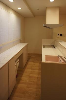 コンパクトな二世帯住宅の部屋 作業台のあるキッチン