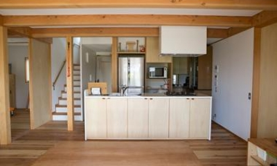 家族に向かいながら立つように設計されたキッチン|寒川 芳咲健純 風わたる家