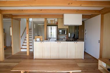 寒川 芳咲健純 風わたる家の部屋 家族に向かいながら立つように設計されたキッチン