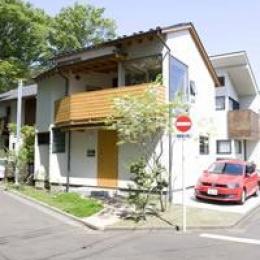 小平 緑と川の前の家 (シンプルな外観)