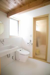 小平 緑と川の前の家の部屋 すっきりしたトイレ洗面