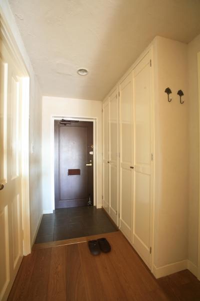 黒の玄関ドアが空間を引き締める (M邸)