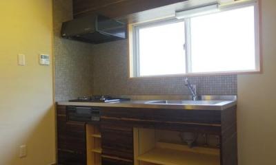 木板壁とチェッカーガラスのある家 (キッチン)