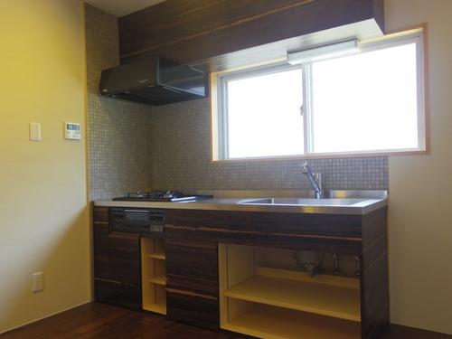吉村建築設計リノベーションデザイン「木板壁とチェッカーガラスのある家」
