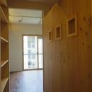 木板壁とチェッカーガラスのある家の写真 廊下からリビングへ