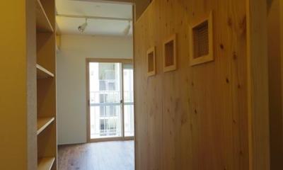 木板壁とチェッカーガラスのある家 (廊下からリビングへ)