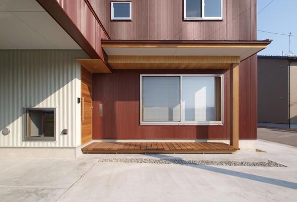 2層ワンルームの家の写真 デッキテラスを兼ねたポーチ