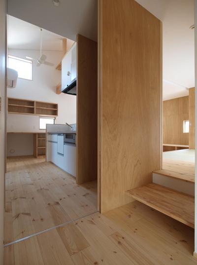 2層ワンルームの家の写真 入口より1階を見渡す