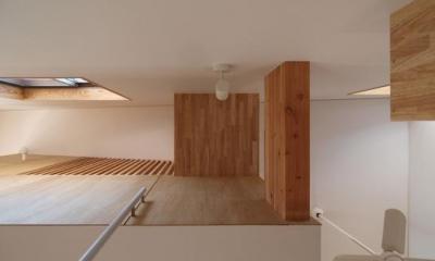 2層ワンルームの家 (階段見上げ)