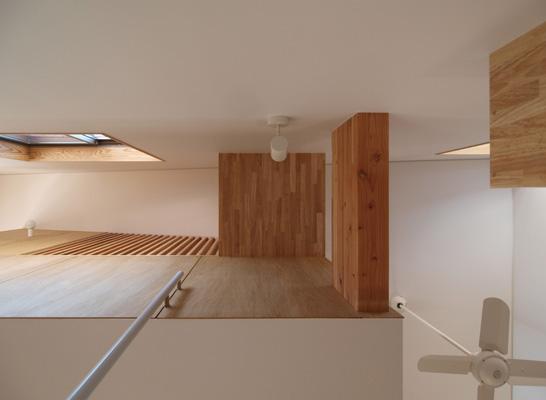 2層ワンルームの家の写真 階段見上げ