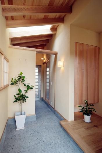 空間と素材でさりげなく遊ぶ暮らしの写真 玄関