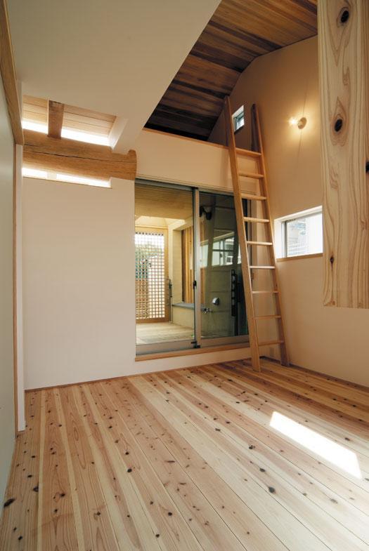 空間と素材でさりげなく遊ぶ暮らしの写真 寝室