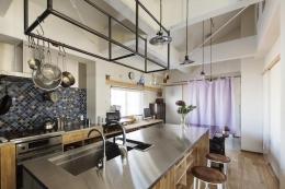 金沢文庫のボルダリングウォールのある家 (おしゃれなキッチン)