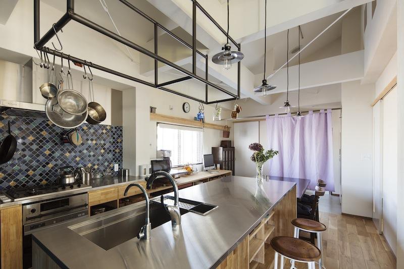 金沢文庫のボルダリングウォールのある家の部屋 おしゃれなキッチン