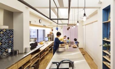 金沢文庫のボルダリングウォールのある家 (会話のあるキッチン)