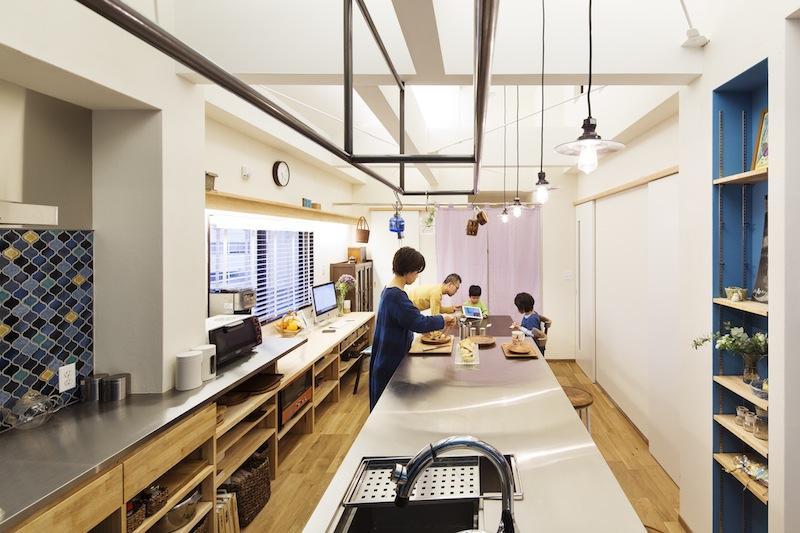 金沢文庫のボルダリングウォールのある家の部屋 会話のあるキッチン