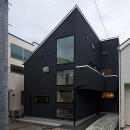 八雲の黒家 (窓の多い外観)